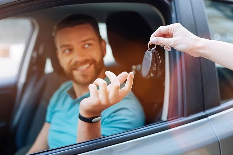 Jak wynająć samochód? Poradnik dla wypożyczających samochód